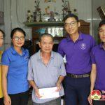 """Nhóm """"Đô Lương chia sẻ yêu thương"""" trao 5 triệu đồng hỗ trợ 2 gia đình có hoàn cảnh  đặc biệt khó khăn."""