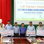 Đô Lương tổ chức lễ trao tặng 500 tấn xi măng ViCem Hoàng Mai