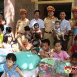 Đội cảnh sát giao thông 1-7 tặng quà cho các cháu tại Trung tâm công tác xã hội.