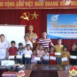 Hội LHPN huyện tặng quà cho hội viên phụ nữ và trẻ em có hoàn cảnh khó khăn nhân