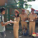 Đoàn thanh niên Phòng cảnh sát giao thông công an tỉnh và đôi cảnh sát giao thông 1/7 tiếp sức mùa thi tại huyện Đô Lương.