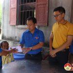 Hội đồng Đội huyện và nhóm Đô Lương – Chia sẻ yêu thương trao tiền hỗ trợ gia đình cháu Lê Anh Công bị đuối nước