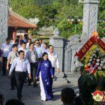 Đồng chí Nguyễn Thị Kim Tiến – Bộ trưởng Bộ Y tế dâng hương tại Truông Bồn