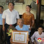 Đồng chí Phùng Thành Vinh, Phó bí thư – Chủ tịch UBND huyện trao huy hiệu 65 năm tuổi Đảng