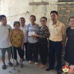 Đồng chí Nguyễn Thị Anh Quang trao tiền trợ cấp khó khăn cho gia đình chính sách tại xã Trù Sơn
