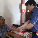 Đồng chí Phùng Thành Vinh – Phó bí thư – Chủ tịch UBND huyện tặng quà các gia đình chính sách.