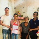 """Nhóm """"Đô Lương – Chia sẻ yêu thương"""" trao sổ tiết kiệm cho gia đình có hoàn cảnh đặc biệt khó khăn."""
