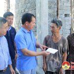 Đồng chí Ngọc Kim Nam – Bí thư Huyện ủy trao tiền hỗ trợ xây dựng nhà cho người nghèo