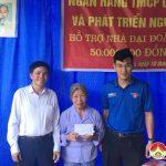 Trao tiền hỗ trợ nhà đại đoàn kết cho bà Trần Thị Thìn xã Ngọc Sơn