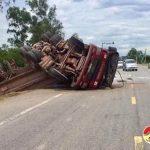 Tránh xe máy, xe đầu kéo Hyundai lật nhào, 2 người bị thương