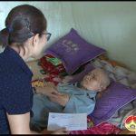 Đồng  chí  Nguyễn Thị Anh Quang – Phó chủ tịch UBND tặng quà 27-7