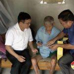 Đồng chí Ngọc Kim Nam – Tỉnh uỷ viên, Bí thư huyện uỷ thăm tặng quà các gia đình chính sách nhân kỷ niệm ngày thuơng binh liệt sỹ 27/ 7