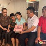 Báo dân trí khu vực Bắc miền Trung trao quà cho gia đình chị Nguyễn Thị Hòa .