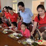 """Nhóm """" Đô Lương kết nối yêu thương"""" trao 80 suất cơm tại Trung tâm nhân đạo"""