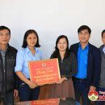 Liên đoàn Lao động huyện hỗ trợ gạch cho 2 đoàn viên khó khăn.