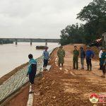 Đồng chí Hoàng Văn Hiệp – Phó bí thư,  Chủ tịch UBND huyện: Kiểm tra tình hình ngập lụt và chỉ đạo các biện pháp đảm bảo an toàn cho người dân ở xã Lưu sơn