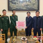 Các đồng chí lãnh đạo huyện thăm, tặng quà Xưởng K41.