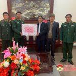 Các đồng chí lãnh đạo huyện thăm, tặng quà các đơn vị quân đội