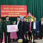 Các đồng chí lãnh đạo huyện tặng quà chúc mừng BCH Quân sự huyện.