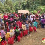 """""""Nhóm tuổi trẻ Đô Lương"""" tặng 150 suất quà và 500 bộ quần áo cho các hộ nghèo ở huyện Biên giới Kỳ Sơn."""