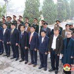 Các đại biểu HĐND huyện và lực lượng vũ trang dâng hương tại  nghĩa trang liệt sỹ huyện.
