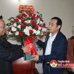 Đồng chí Hoàng Văn Hiệp – Phó bí thư, Chủ tịch UBND huyện  thăm tặng quà linh mục Nguyễn Xuân Hoàng