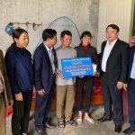 Đồng chí Phùng Thành Vinh TUV, Bí thư huyện ủy trao sổ tiết kiệm cho thân nhân 2 liệt sỹ Đoàn Kinh tế – Quốc phòng 337