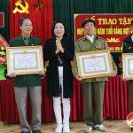 Đảng bộ xã Trung sơn trao huy hiệu 40 năm tuổi đảng cho các đảng viên và tổng kết công tác xây dựng đảng năm 2020.