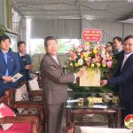 Đồng chí Nguyễn Trung Thành – Phó chủ tịch UBND huyện thăm tặng quà giáo họ Độc lập xã Hòa Sơn.