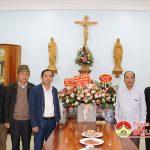 Đồng chí Hoàng Văn Hiệp  – Phó bí, Chủ tịch UBND huyện thăm tặng quà Linh mục Nguyễn Đức Nghĩa quản xứ Thanh Tân.