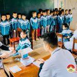 """Huyện đoàn, nhóm """"Đô Lương – Chia sẻ yêu thương"""" trao tặng áo ấm và khám, cấp phát thuốc cho học sinh nghèo."""