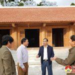 Đồng chí Hoàng Văn Hiệp – Phó bí thư, Chủ tịch UBND huyện kiểm tra công tác xây dựng tại Đền Quả Sơn.
