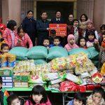 Hội chữ thập đỏ huyện Đô Lương trao quà cho các cháu tại Trung tâm công tác xã hội.