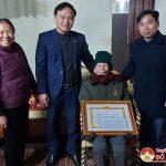 Đồng chí Nguyễn Đình Khương Trao huy hiệu 60, 40 và 30 năm tuổi Đảng và dự lễ tổng kết xây dựng Đảng tại xã Tràng Sơn