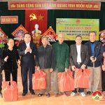 Đồng chí Lê Quang Huy tặng quà, chúc Tết người nghèo tại Đô Lương