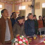 Đồng chí Nguyễn Tất Hoài Hiệp – Phó bí thư thường trực huyện ủy trao huy hiệu 65 năm tuổi Đảng cho đồng chí Hoàng Thành.