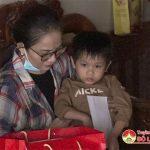 Đồng chí Nguyễn Thị Anh Quang – Phó chủ tịch UBND huyện tặng quà cho 2 gia đình có hoàn cảnh khó khăn nhân dịp tết Nguyên Đán