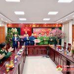 Đồng chí Phùng Thành Vinh- Bí thư Huyện ủy và đồng chí Hoàng Văn Hiệp – Chủ tịch UBND huyện tặng quà các cơ quan, đơn vị, đội vệ sinh môi trường đêm 30 tết Tân Sửu 2021.