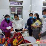 Đồng chí Hoàng Văn Hiệp – Phó bí thư, Chủ tịch UBND huyện thăm tặng quà các bệnh nhân đang điều trị tại bệnh viện Đa Khoa Đô Lương