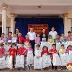 Đồng chí Hoàng Văn Hiệp- Phó bí thư, Chủ tịch UBND huyện tặng quà tết cho học sinh và CBCNVC-LĐ Trung tâm bảo trợ xã hội tỉnh.