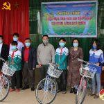 Liên đoàn võ thuật tỉnh Nghệ An trao xe đạp cho học sinh nghèo ở Tràng Sơn, Hồng Sơn và Ngọc Sơn.