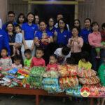 Chi đoàn cơ quan UBND huyện tặng quà cho các cháu tại Trung tâm công tác xã hội