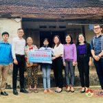 Nhóm Đô Lương chia sẻ yêu thương trao tiền hỗ trợ học sinh có hoàn cảnh khó khăn
