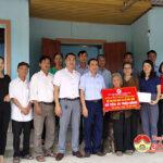 Đồng chí Nguyễn Thị Anh Quang, Phó chủ tịch UBND huyện trao quà các gia đình khó khăn, hoạn nạn nhân tháng nhân đạo