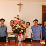 Đồng chí Hoàng Văn Hiệp – Phó bí thư, Chủ tịch UBND huyện tặng hoa chúc mừng  linh mục Nguyễn Văn Thanh.