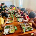 """Huyện đoàn và nhóm """"Đô Lương chia sẻ yêu thương"""" tổ chức bữa cơm yêu thương tại Trung tâm công tác xã hội."""