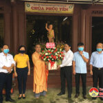 Lãnh đạo huyện thăm tặng hoa chúc mừng Đại lễ phật đản năm 2021
