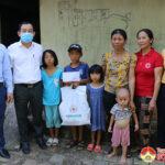 Lãnh đạo huyện Đô Lương thăm tặng quà các cháu có hoàn cảnh đặc biệt khó khăn.