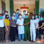 Đồng chí Nguyễn Thị Anh Quang – Phó chủ tịch UBND huyện thăm, tặng quà cho lực lượng tuyến đầu tại các điểm cách ly tập trung