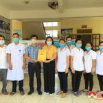 Đồng chí Vương Thị Qúy- Chủ tịch UBMTTQ huyện trao tiền hỗ trợ cán bộ y tế làm nhiệm vụ phòng chống CoviD-19 .